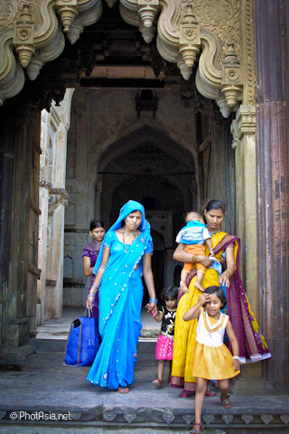 Family blessing, Fort Palaces, Orchha, India